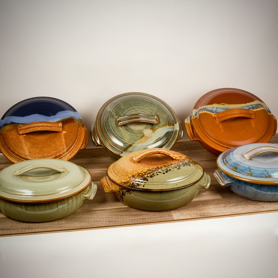 6 baking dishes with handles and lids, in different patterns.